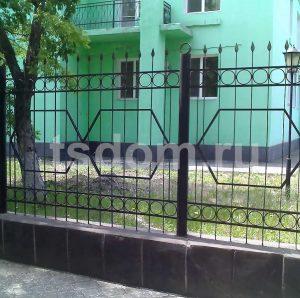 Сварной забор вокруг здания