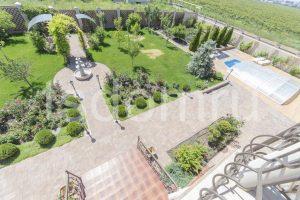 Установка фонтана и арки на территории